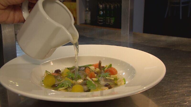 Katarzyna Daniłowicz z restauracji we Wrocławiu gotuje zupę z karpia