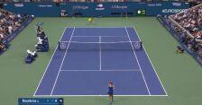 Walka z ćmą podczas meczu Osaka - Bouzkova na US Open