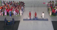 Tokio. Ceremonia zamknięcia igrzysk: dekoracja medalistek olimpijskich w maratonie