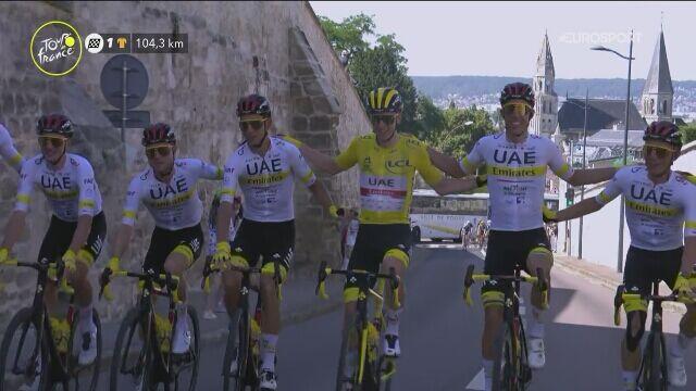 Team UAE celebruje wygraną Tadeja Pogacara podczas 21. etapu Tour de France