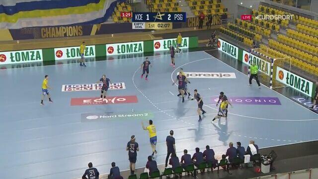 Bramkarz PSG Yann Genty zdobywa bramkę w meczu z Łomżą Vive Kielce