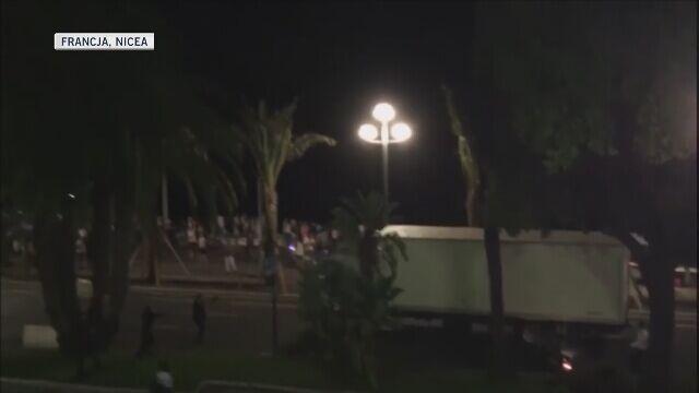 Zamach w Nicei. Ciężarówka rozpędza się i wjeżdża w tłum