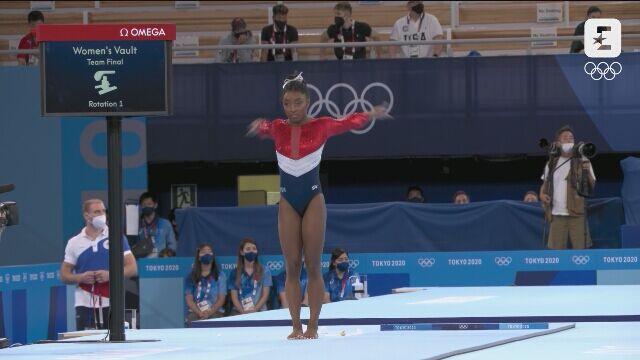 Tokio. Gimnastyka artystyczna: niefortunne lądowanie Simone Biles