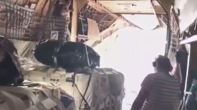 Rosyjski myśliwiec na wyciągnięcie ręki od transportowca
