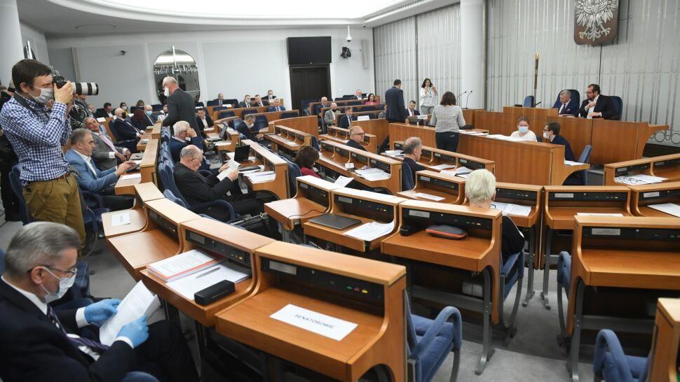 Senat pracuje nad ustawą, premier podaje planowaną datę wyborów