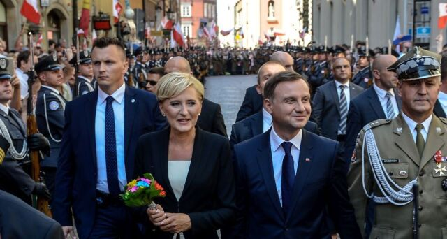 06.08.2015 | Andrzej Duda z żoną Agatą w drodze na Zamek Królewski