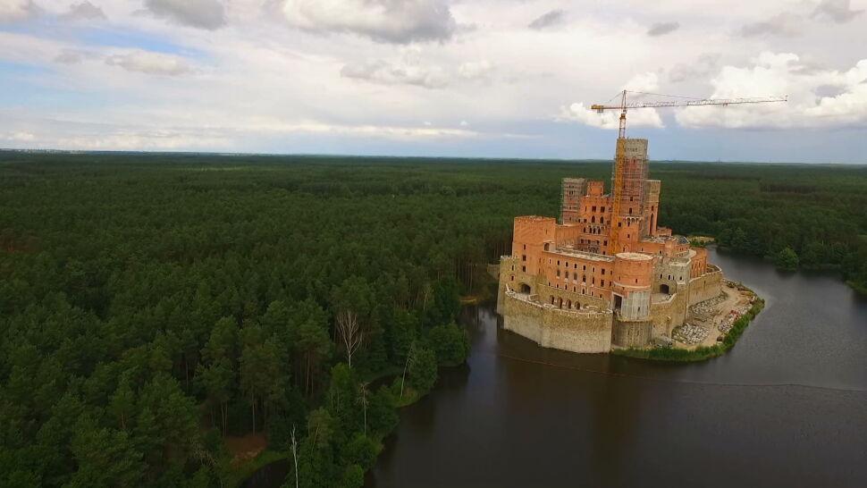 Budowa zamku w Puszczy Noteckiej. Siedem osób usłyszało zarzuty