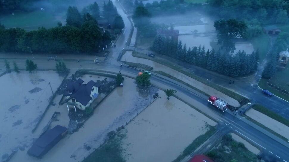 Ostrzeżenia przed burzami z gradem. W Helu grad uszkodził samochody