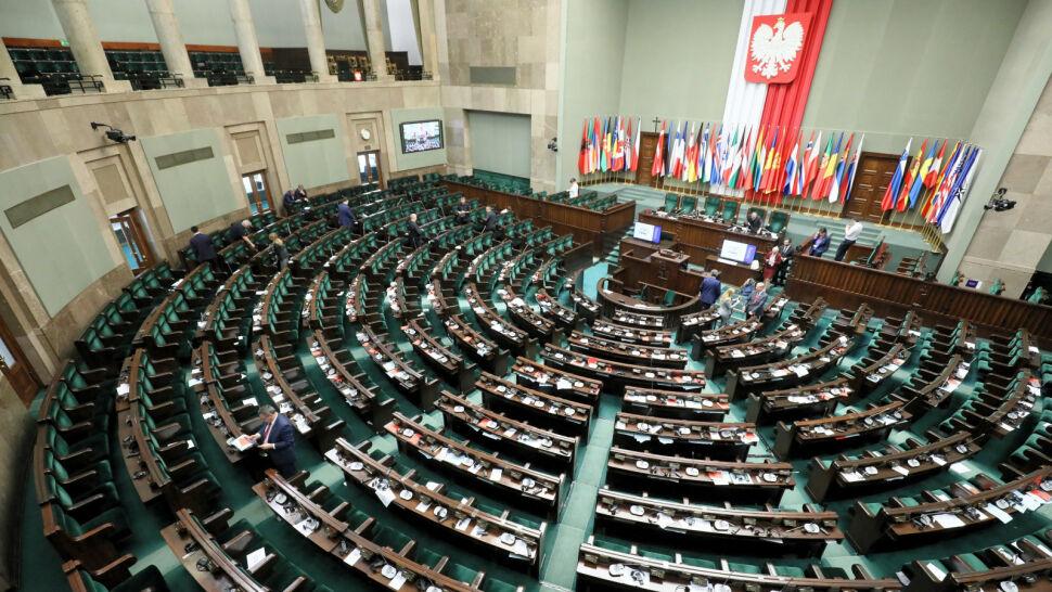 """Sondaż dla """"Faktów"""" TVN i TVN24. Rośnie poparcie i dla PiS, i dla PO"""