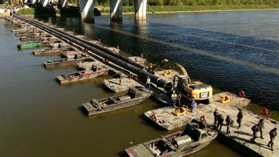 """""""Zgrzewarki nam się psują"""". Kłopoty podczas wciągania rurociągu na most pontonowy"""