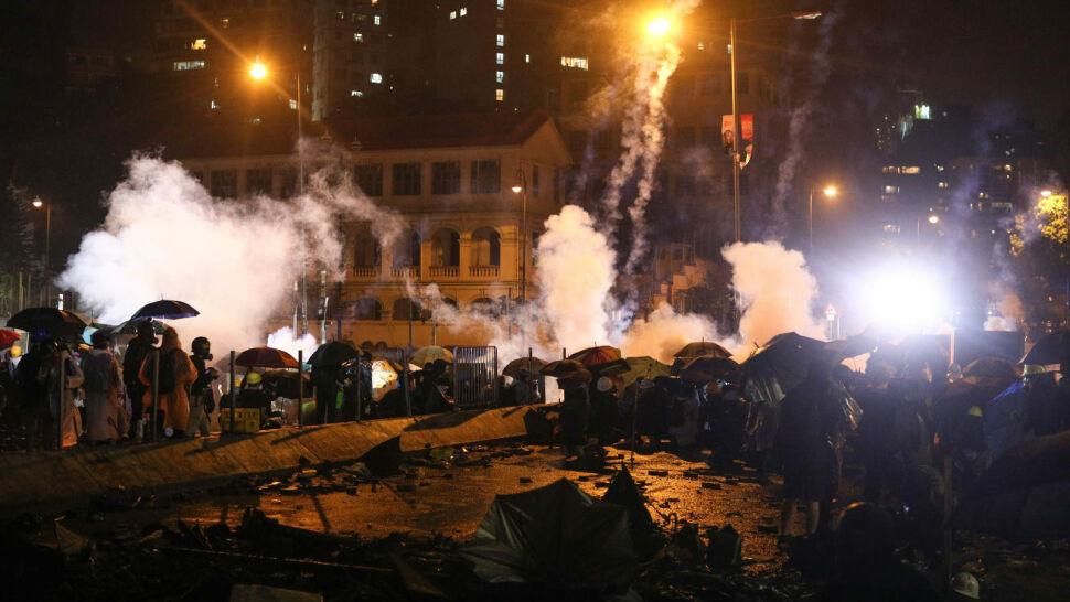 Chińscy żołnierze w Hongkongu zaczęli usuwać barykady. Protesty przybierają na sile