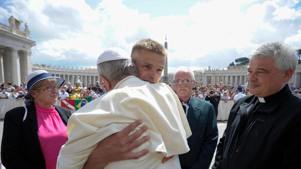 Tomasz Komenda wyściskany przez papieża Franciszka