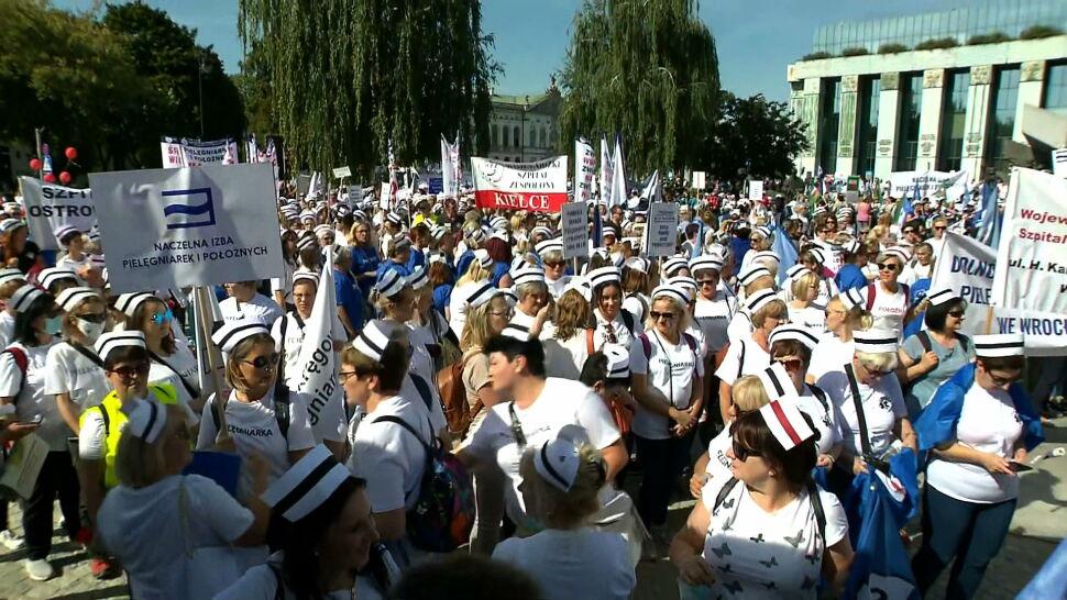 """Wielki protest medyków w Warszawie. Przed kancelarią premiera powstało """"białe miasteczko 2.0"""""""