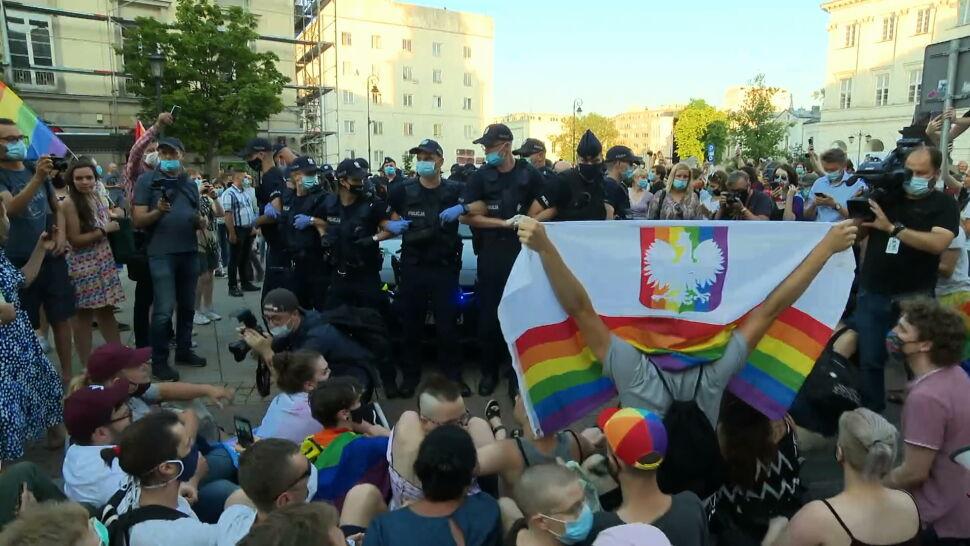"""Protesty na Krakowskim Przedmieściu. """"Doszło do uszkodzenia radiowozu"""""""