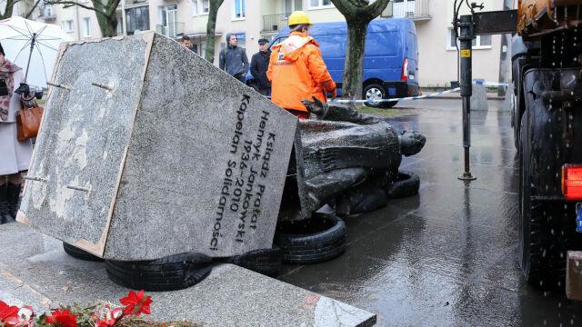 21.02.2019 | Pomnik ks. Jankowskiego obalony w środku nocy. Sprawcy zatrzymani