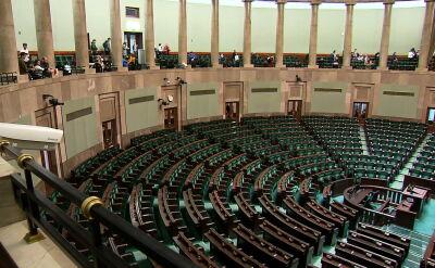 """PiS wciąż zdecydowanym liderem. Sondaż partyjny dla """"Faktów"""" TVN"""