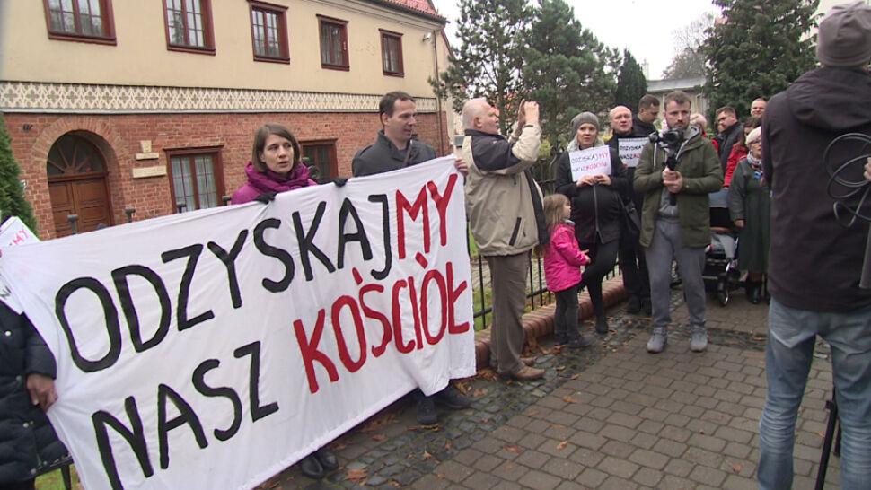 Protest przed gdańską kurią. Wierni chcą odwołania arcybiskupa