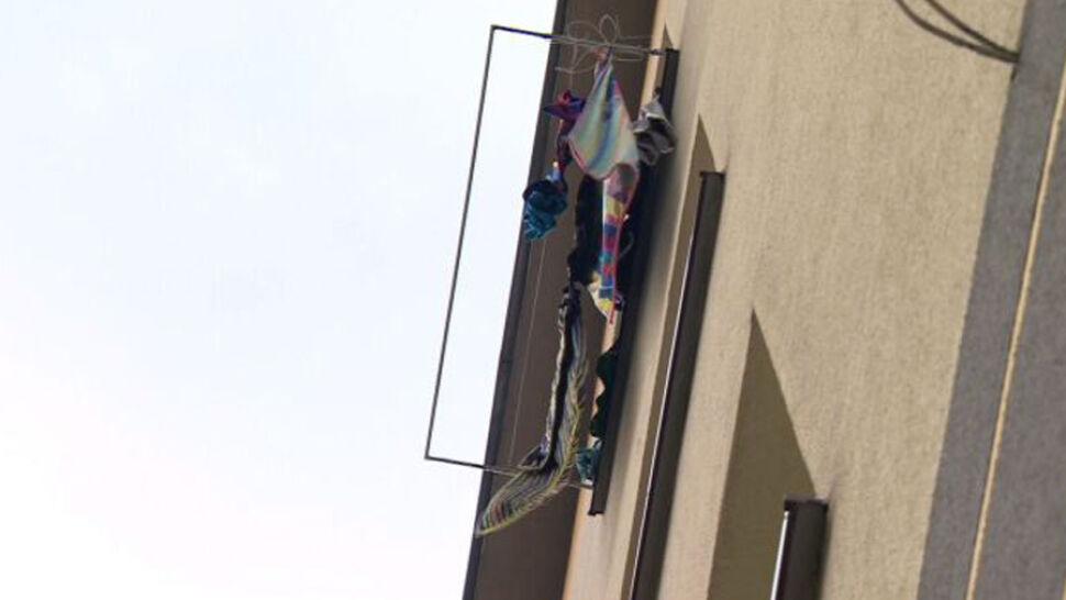 Dwulatek wypadł z trzeciego piętra. Opiekun był pijany