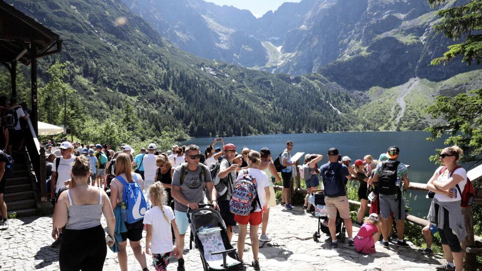 """Tłumy turystów w górach. """"Tatry są zbyt popularne"""""""