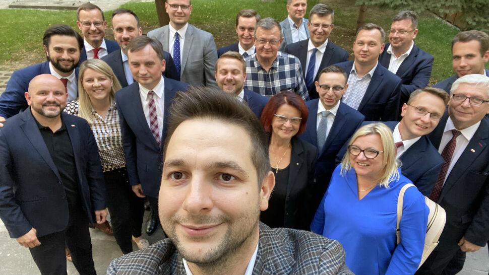 Posłowie Solidarnej Polski pokazują, że są murem za Zbigniewem Ziobrą