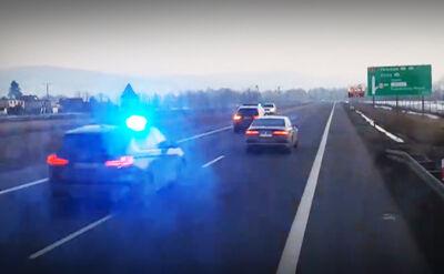20.02.2017 | Kolumna na sygnałach niemal zderza się czołowo z innym samochodem. Nagranie kierowcy