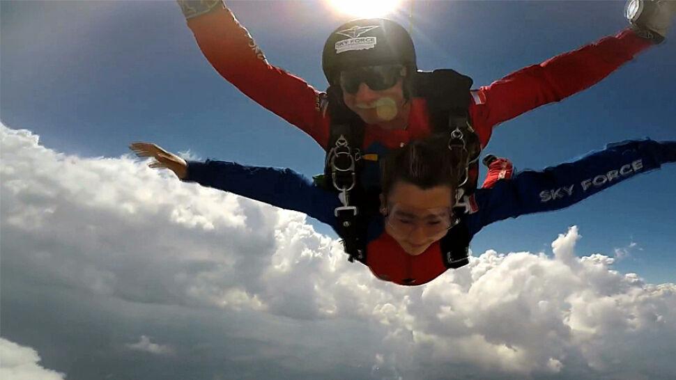 Przez raka straciła nogę. 12-latka spełniła swoje marzenie i skoczyła ze spadochronem