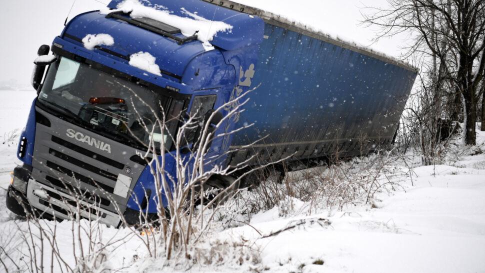 Wypadki na drogach i przerwy w dostawach prądu. Zima sparaliżowała część Polski