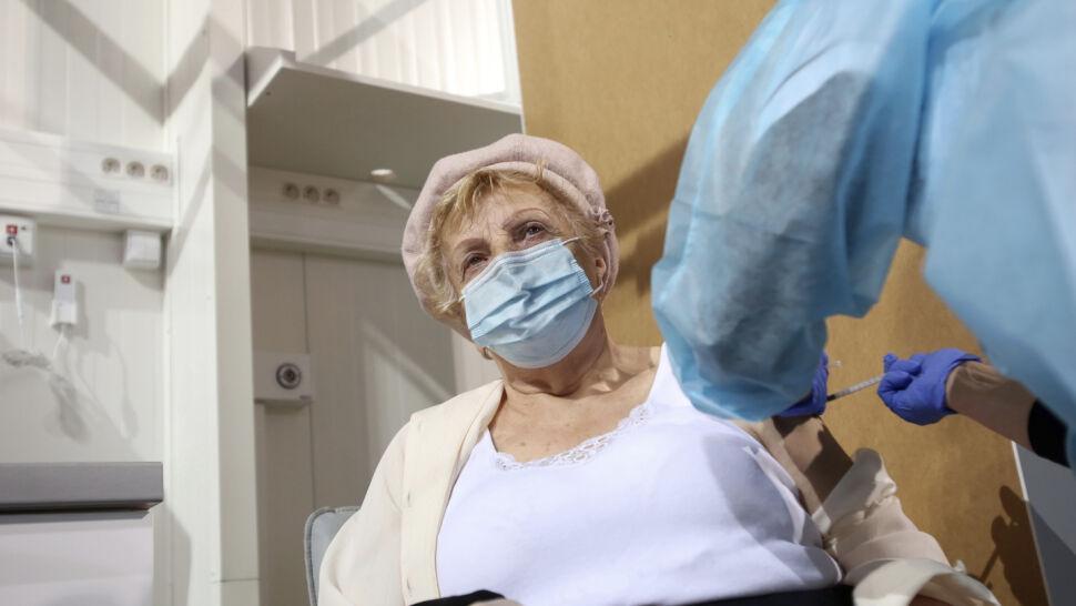 """Ruszyły szczepienia seniorów. """"Każda szczepionka ratuje życie"""""""