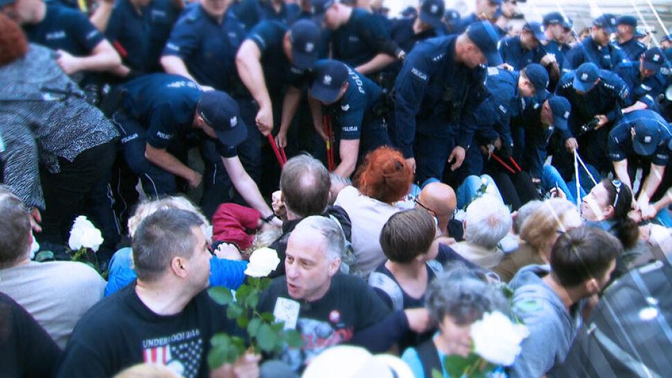 Obywatele RP przed sądem. Oskarżeni za siedzenie na ulicy podczas miesięcznicy