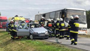 Włączał się do ruchu, uderzył w autobus. 86-letni kierowca i pasażerka w szpitalu
