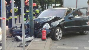Zderzenie dwóch aut. Jedno uderzyło w latarnię