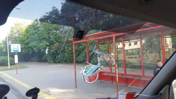 Rower zawisł na przystanku  Adam M