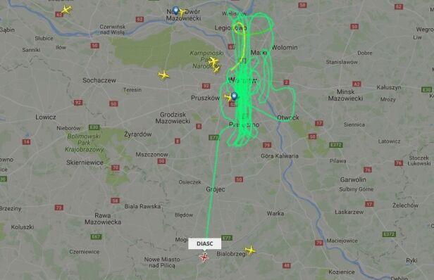Samolot krążył nad stolicą Flightradar