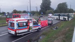 Wypadek na S7. Zginęła kobieta, autobus wbił się w wał