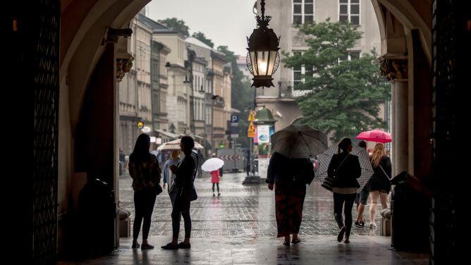 Pogoda na dziś: większość kraju pochmurna i deszczowa, może zagrzmieć